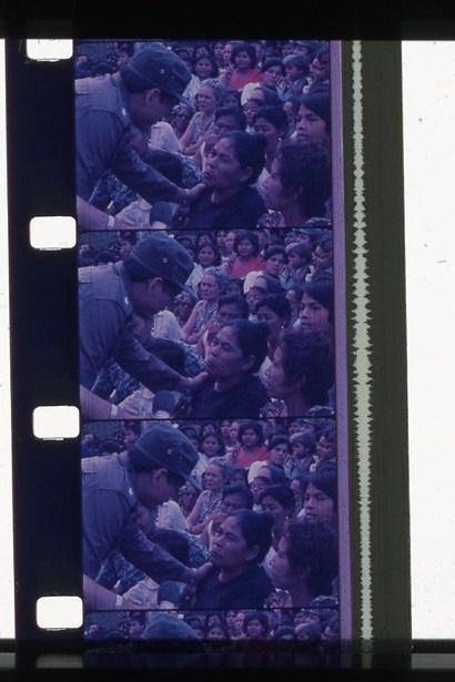 Figura 10. Nicaragüenses en construyendo casas. Carrasco, Monimbó es Nicaragua, 1981, México. [Fotograma Archivo ENAC (CUEC)] Figura 11. Daniel Ortega con mujer de Monimbó. Carrasco, Monimbó es Nicaragua, 1981, México. [Fotograma Archivo ENAC (CUEC)]