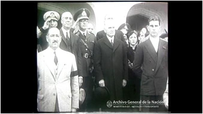 Figura 2. De izquierda a derecha: César Vásquez vestido de traje color claro, el Ministro Jorge Coll (entre los dos militares uniformados) y el Vicepresidente en ejercicio Ramón S. Castillo en el centro de la imagen junto al público asistente presenciando el acto.