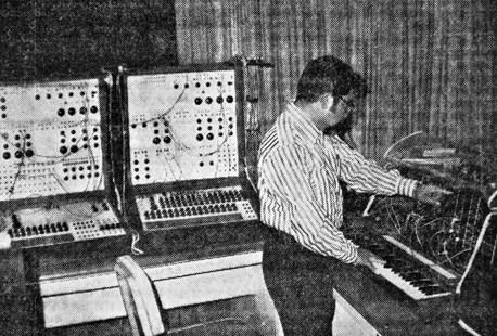 Figura 2. El compositor Héctor Quintanar en el Laboratorio de Música Electrónica del Conservatorio Nacional de Música (México). Fuente: El Día (21 de mayo de 1974)