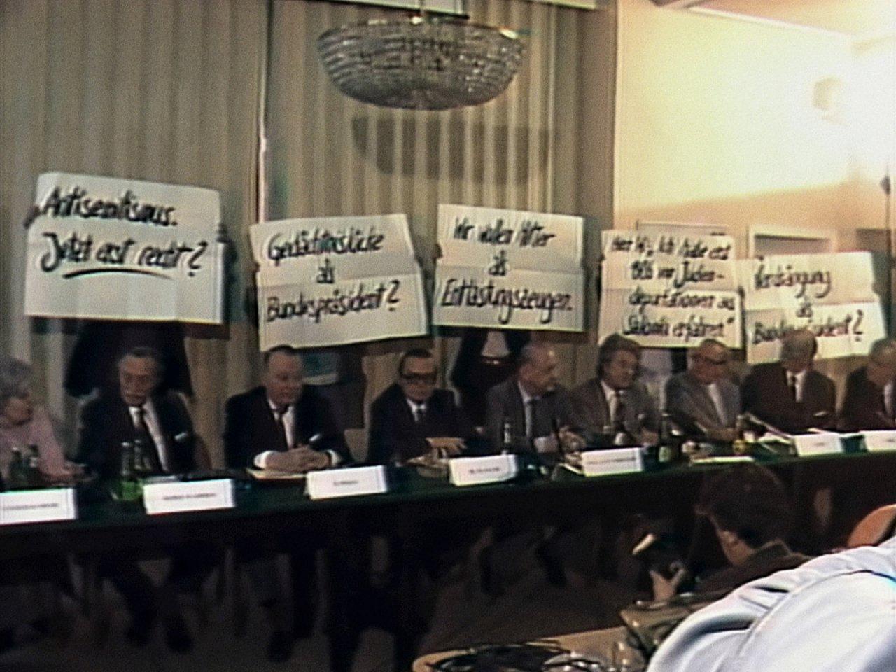 Figura 1. Jóvenes (entre ellos, Beckermann) con consignas contra Waldheim