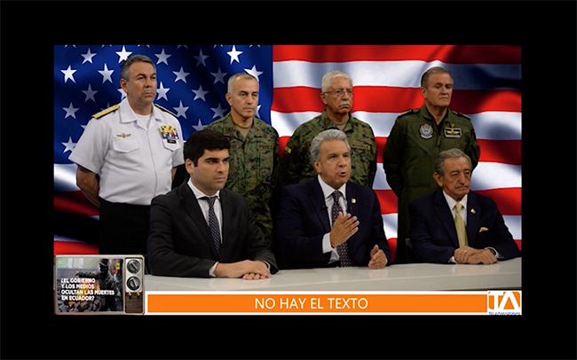 Figura 15. La imagen-montaje como interconexión heterogénea del rótulo televisivo falso, la imagen de presidente y su plana mayor, y la bandera de Estados Unidos