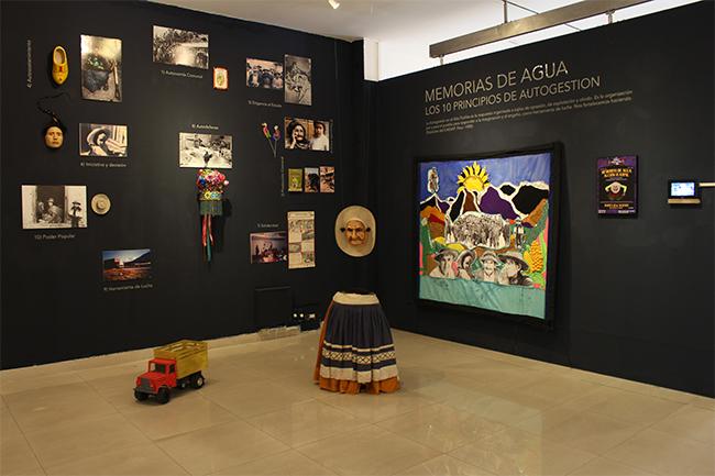 Figura 5. Vista parcial de la puesta museográfica de la acción teatral Memorias de Agua del Colectivo Yama, con fotografías de Harrie Derks en la exposición Estrategias sublevantes. Lo sensible en acción. Fotografía: Sabrina Contreras.